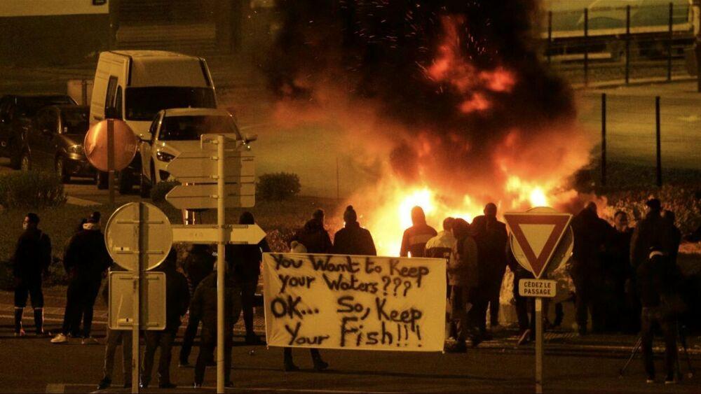 """I pescatori francesi bloccano i camion col pesce britannico: """"Londra ci dia le licenze promesse"""""""