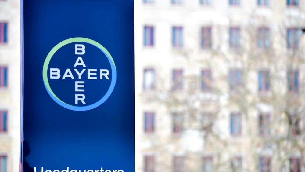 Lo scandalo glifosato costa caro alla Bayer, l'azienda chiude il 2020 in rosso di 10,5 miliardi