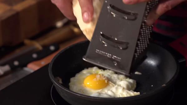 Uovo, formaggio e aceto balsamico tradizionale