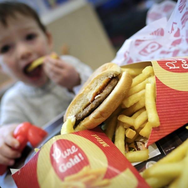 Basta spot di cibo spazzatura in tv (prima delle 21) e online, così il Regno Unito combatte la piaga dell'obesità